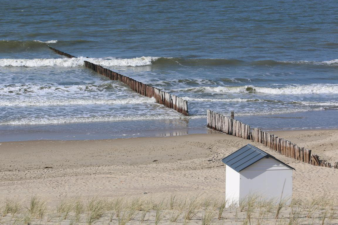 Cadzand Blick über Strand Badekabinen Wellenbrecher FR