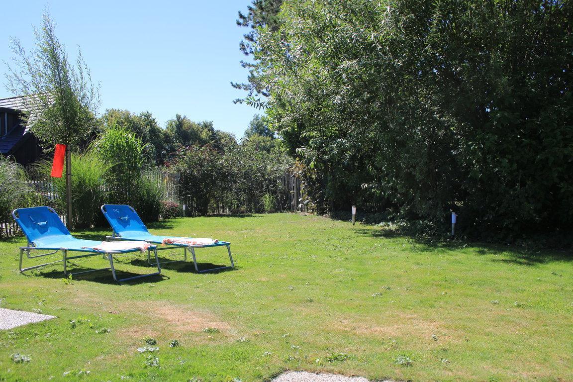 Garten_ Blick aus Haus mit Liegen 1