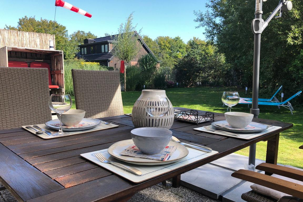 Terrasse Frühstück mit Blick in Garten FR